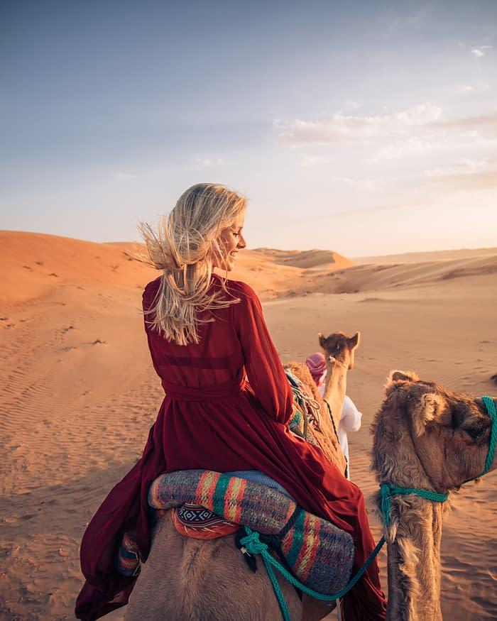 Canvas-Club-Kamelritt-Frau-Wahiba-Wüste-Oman