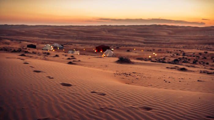 Canvas-Club-Fußspuren-im-Sand-Wüstencamp-Oman
