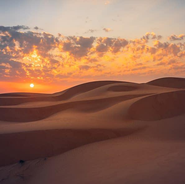 Dünenlandschaft beim Sonnenuntergang in der omanischen Wahiba Sands Wüste